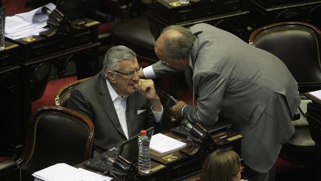 El diputado del Frente para la Victoria José Luis Gioja (San Juan) aprobó el presupuesto; otros 11 legisladores de ese bloque votaron también a favor