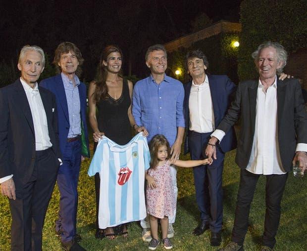 Al final del encuentro, Macri, su esposa y su hija posaron para la foto con la banda británica