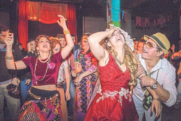 Diversión participativa en Rrom, un casamiento gitano, los miércoles en la Ciudad Cultural Konex
