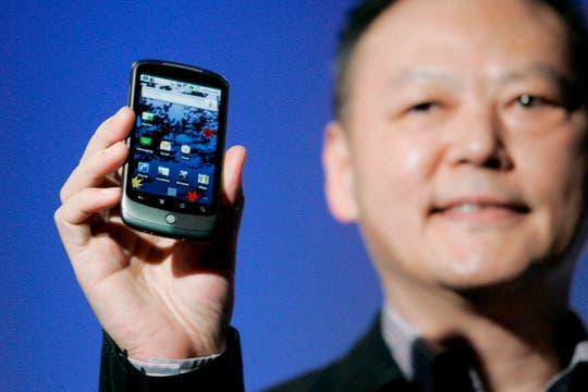 El CEO del fabricante taiwanés HTC, Peter Chou, muestra el nuevo celular de Google, denominado Nexus One. Foto: EFE