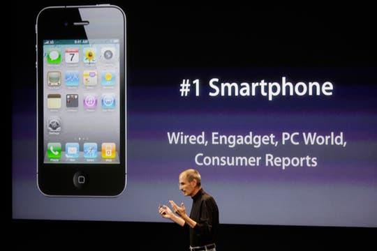 A pesar de las críticas que recibió de Consumer Reports, que desaconsejaba la compra del iPhone 4, Jobs destacó la posición del celular de Apple en el segmento de los smartphone. Foto: AP