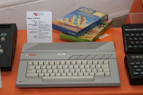 La Atari 130 XE junto a unas cajas originales de juegos. Foto: Gentileza Museo de Informática