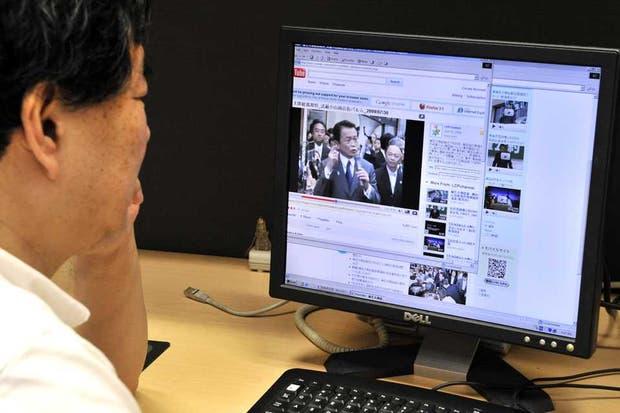 Un usuario japonés mira un video en YouTube. El servicio de Internet mediante fibra óptica ya llega al 40 por ciento de los hogares nipones