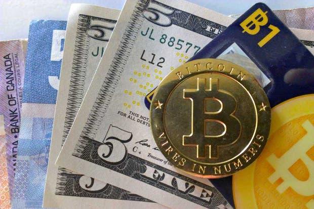 Una representación física de Bitcoin, la divisa electrónica que un documental menciona como una alternativa a las restricciones cambiarias en la Argentina