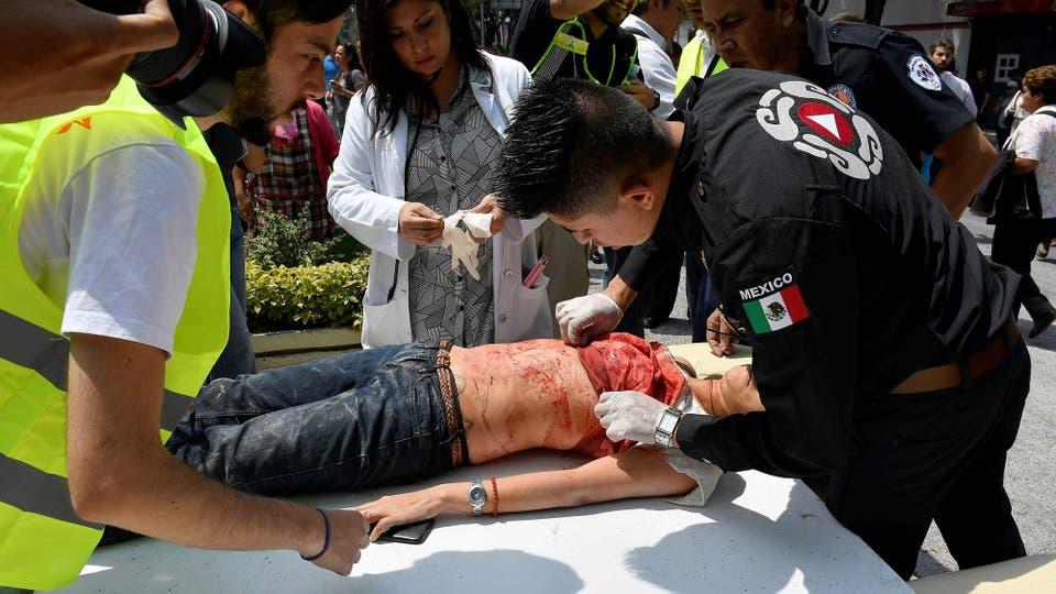 Una mujer es asistida luego de resultar herida durante el terremoto. Foto: AFP / Omar Torres
