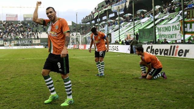 El festejo de Bertolo, autor del primer gol