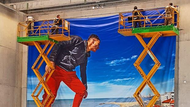 """Las gigantografías que muestran al artista en """"zona de riesgo"""""""