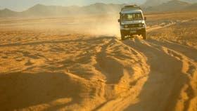 En el recorrido de 270 km, el desierto muta, de la meseta árida a las cadenas montañosas de arena