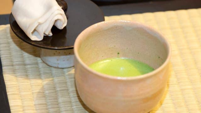 El té matcha que se usa es espeso y hace espuma. Gentileza Airbnb