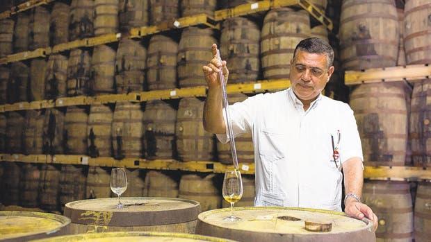 Asbel Morales, maestro de ron de Havana Club International, una empresa conjunta entre Cuba y Pernod Ricard