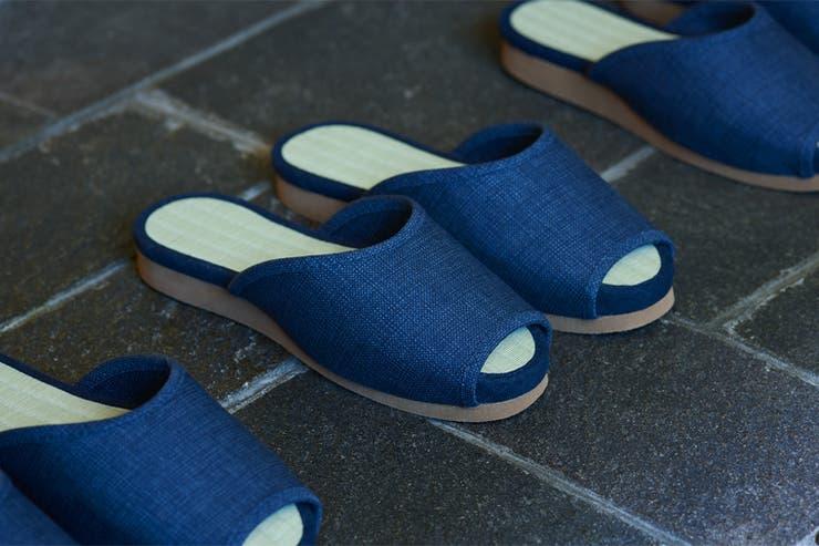 Las pantuflas tienen un aspecto convencional, y rueditas rebatibles en la suela