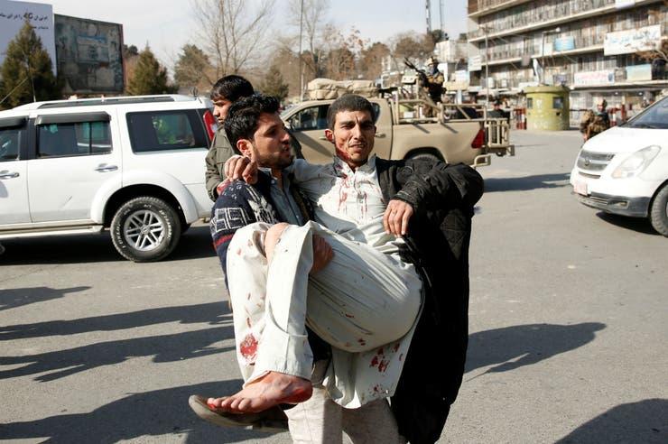 Un hombre herido es levantado luego de un ataque en Kabul