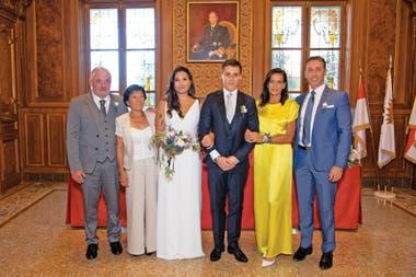 Tras la boda civil en el Ayuntamiento Louis Ducruet y Marie Chevallier posaron con sus familias. Al lado de la novia aparecen su madre y su padrastro y junto al novio, sus padres, Estefanía y Daniel Ducruet