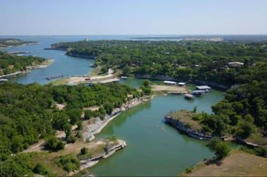 Una imagen aérea del lago Whitney, en Texas, donde la niña nadó y posiblemente contrajo la ameba comecerebros