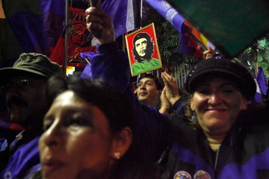 Evo Morales renovó su mandato en Bolivia por una aplastante diferencia y la gente salió a festejar a las calles. Foto: AP