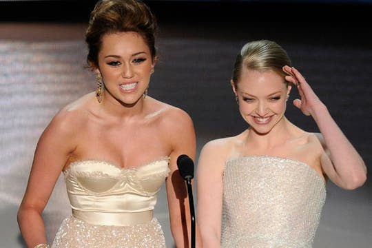 Miley Cyrus y Amanda Seyfried presentan ´´Mejor canción original´´. Foto: AP