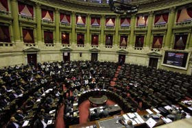 A la derecha, solitario, el jefe del bloque oficialista, Agustín Rossi; ocupó su banca sólo para pedir que se levantara la sela oposición se resignan a perder otra b