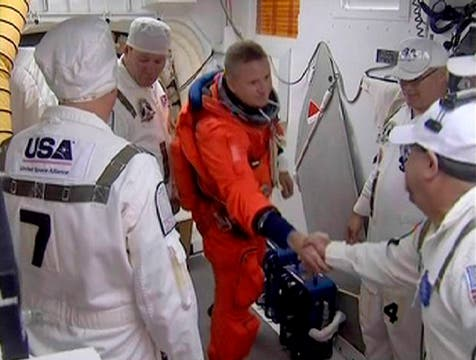 Comandante Ken Ham ofertas de despedida a los miembros del equipo de la NASA. Foto: Reuters