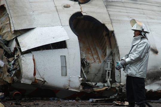 Un bombero trabaja en el lugar donde se estrelló un avión de la compañía venezolana Conviasa. Foto: Reuters