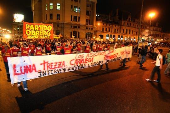Más trade los militantes marcharon hacia la estación Constitución, donde un grupo de efectivos policiales impidieron su ingreso. Foto: LA NACION / Marcelo Gómez