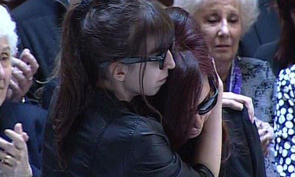 Florencia contiene a su madre, Cristina, durante uno de los momentos más emotivos que se vivieron en la Csaa Rosada. Foto: Imágen captura de tv