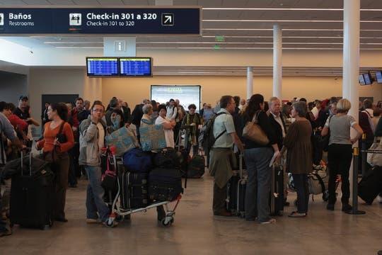 Gran cantidad de gente se espera en la flamante terminal C de Ezeiza. Foto: LA NACION / Miguel Acevedo Riú