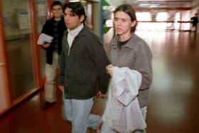 Tomás Galarza y su esposa en el hospital Garrahan, tras enterarse del deceso de su hijo Nelson