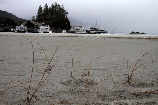 Puerto Pañuelo paralizado y con las aguas del lago con varios centímetros de cenizas. Foto: DyN