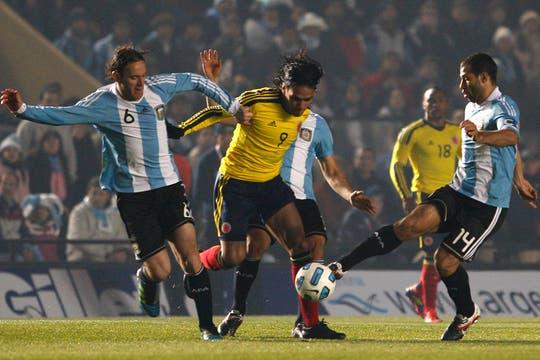 Milito y Mascherano no pueden frenar a Falcao. Foto: AP