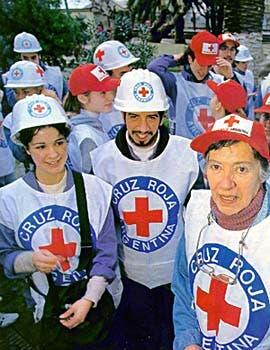 Los voluntarios pasan horas clasificando y empaquetando las donaciones que hace la gente