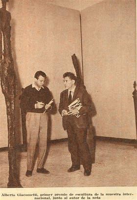 Gyula Kosice entrevistó a Alberto Giacometti, ganador del Gran Premio de Escultura en la Bienal de Venecia de 1962; LA NACION publicó la nota y esta foto