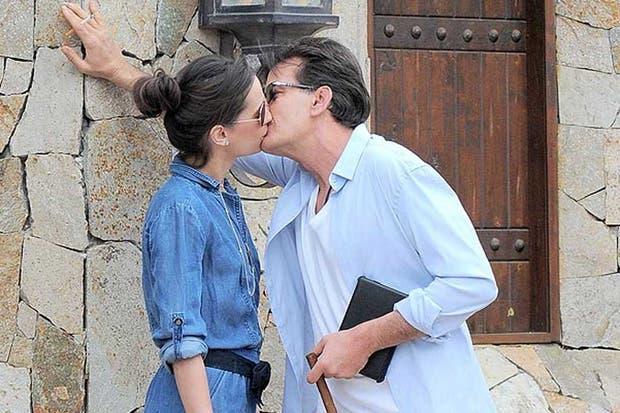 Sheen y su novia, a los besos en México