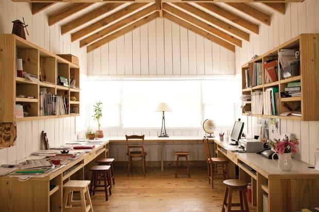 """El estudio es el único ambiente en planta alta. El escritorio en forma de """"C"""" fue diseñado por Patricia para que todos los miembros de la familia pudieran trabajar a sus anchas..  Foto:Living /Javier Csecs"""