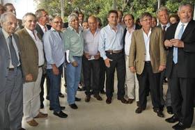 Sindicalistas y empresarios, ayer, luego del debate en el predio de Palermo de la Sociedad Rural
