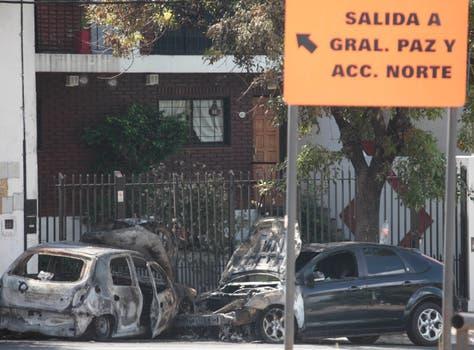 Autos incendiados, postal de una noche de furia. Foto: LA NACION / Soledad Aznarez