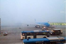 Una intensa niebla cubrió hoy la pista del aeropuerto internacional de Ezeiza