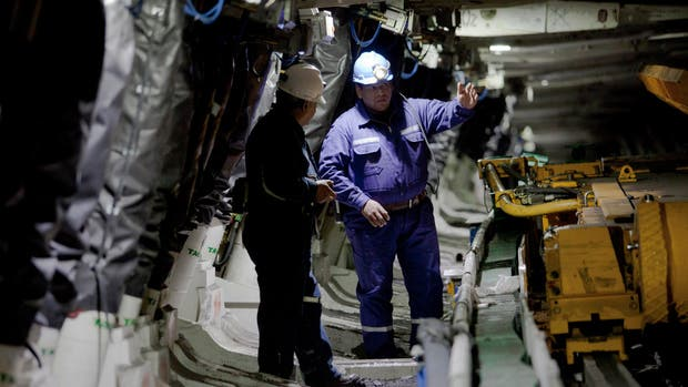 Walter Gerez, asesor técnico, con un empleado en el interior de la mina