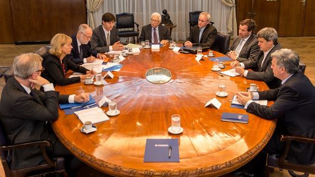 El ministro Prat-Gay junto a los integrantes de la última misión de la OCDE al país, hace tres semanas