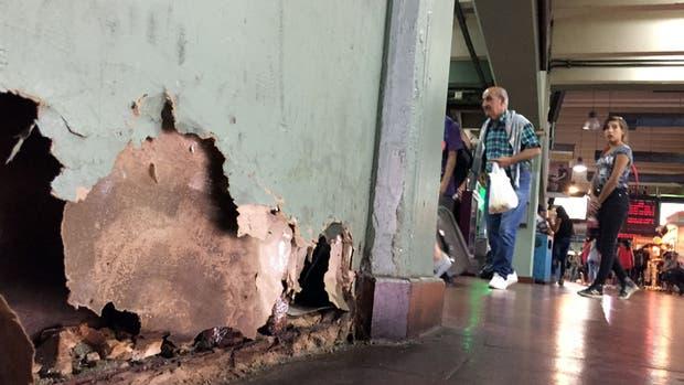Filtraciones, muros dañados y suciedad acumulada en un rincón de la estación de ómnibus de Retiro