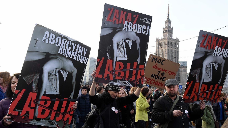 """Con carteles que dicen  """"La prohibición del aborto puede matar"""" una multitudinaria marcha por el Día Internacional de la Mujer, en Warsaw, Polonia. Foto: AFP / Janek Skarzynski"""
