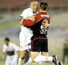 Zelaya se abraza con Tavarelli, en el festejo del primer gol de Olimpia; San Lorenzo jugó muy mal