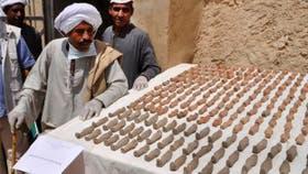 El millar de figuras funerarias tenían entre 10 y 20 centímetros de longitud y estaban en una de las cavidades de la tumba.