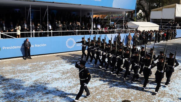 Miles de efectivos de las fuerzas armadas y bandas de música participan de la celebración por el 25 de Mayo
