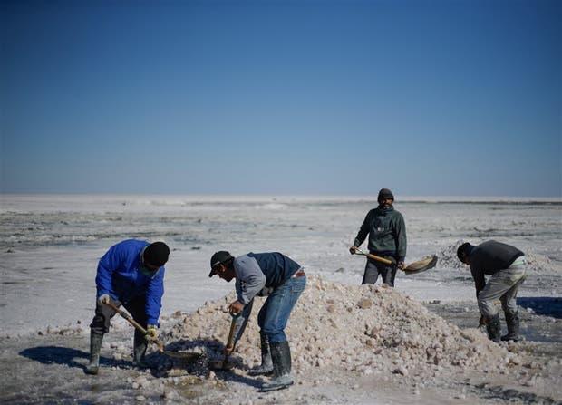 La cosecha de sal se realiza entre junio y septiembre, siempre que la lluvia lo permita
