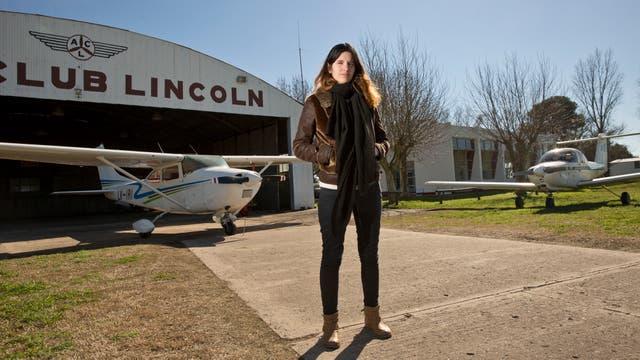 Angela Barbero, esposa del piloto Matias Ronzano en el Aeroclub Lincoln, de donde partió la aeronave.