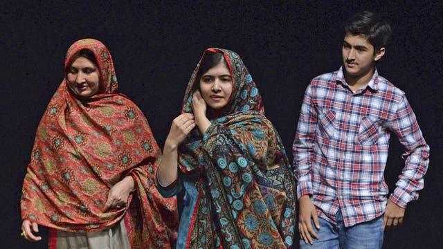Malala Yousafzai posa con miembros de su familia durante una rueda de prensa celebrada en la Biblioteca de Birmingham, Reino Unido el 10 de octubre de 2014 tras conocerse que le había sido otorgado el Premio Nobel de la Paz de 2014