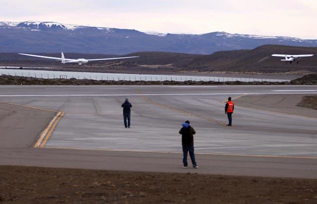 El aeroplano fue llevado por un avión argentino