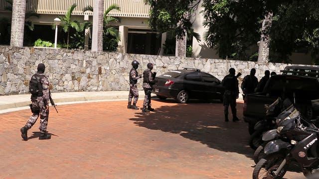 La guardia policial en la puerta de la casa de Ledezma