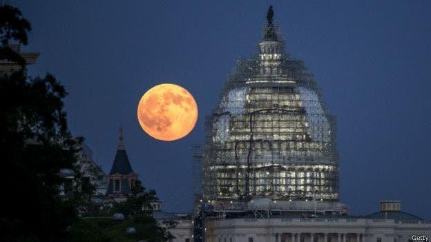 Las lunas azules son un fenómeno extraño: la última se produjo en 2015 (como muestra la foto) y la anterior en 2012.