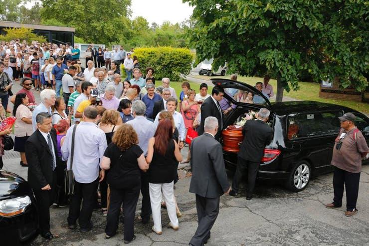 Entre un solemne silencio y efusivos aplausos, una pequeña multitud le brindó su último adiós a la periodista y diputada porteña